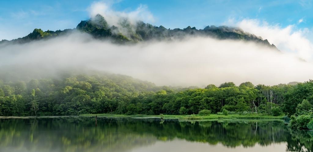 鏡池は戸隠連峰を奇跡のように映す魔法の池として有名な観光地