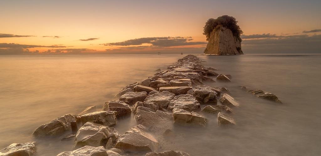 朝焼けが魅力的な見附島