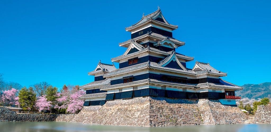 松本城は戦国時代の匂いが残る国宝で烏城とも呼ばれる黒城
